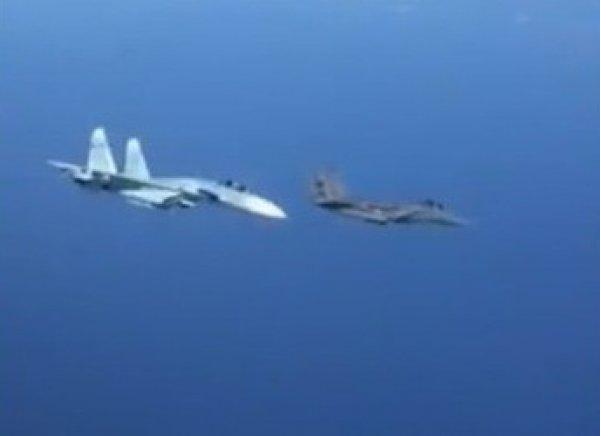 Видео, как российский Су-27 жестко отогнал истребитель НАТО, вызвало фурор в Сети
