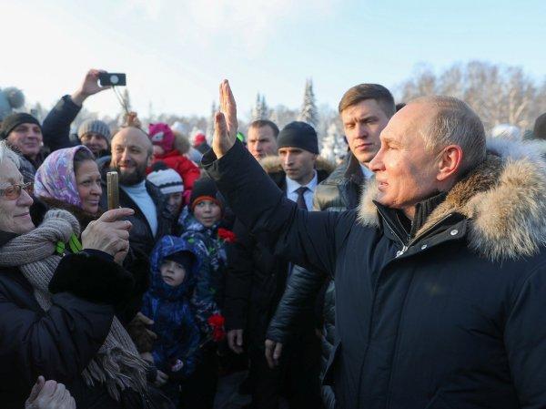 Путин оттолкнул охранника, чтобы пообщаться с петербуржцами (ВИДЕО)