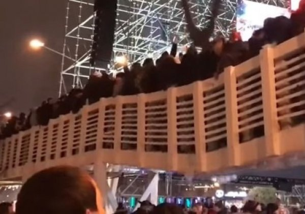 Обрушение моста с людьми в Парке Горького попало на видео: 13 пострадавших