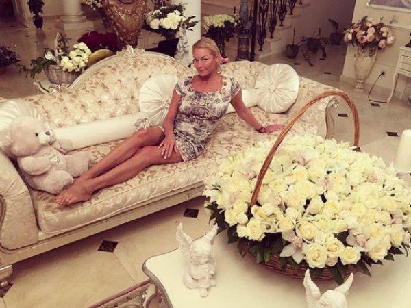 """""""Шпагатовна фетишует"""": фото Волочковой на диване с мужскими ногами ошарашило Сеть"""