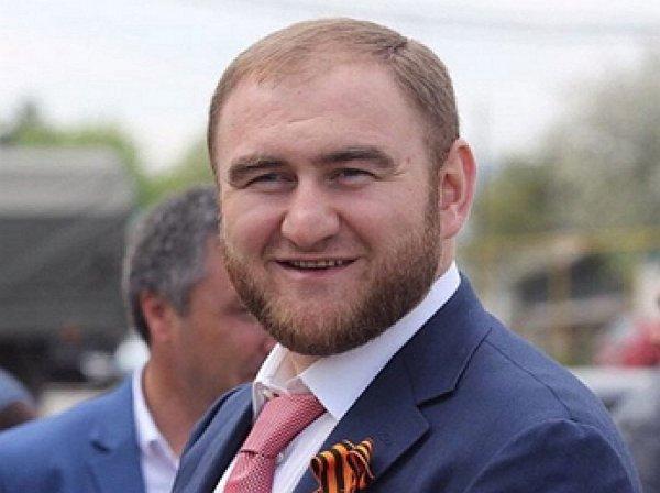 """С улыбкой на лице"": Сенатор Арашуков арестован на два месяца (ВИДЕО)"