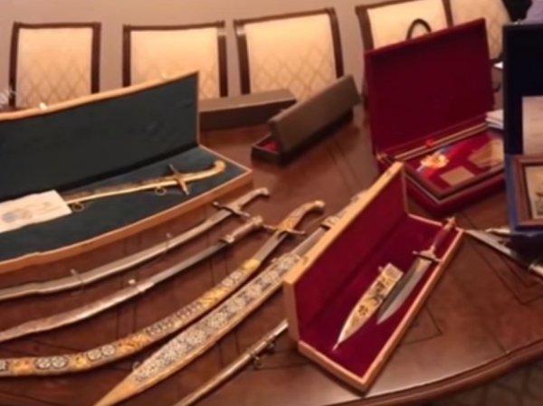 Золото, сабли, валюта: опубликовано видео обыска у сенатора Арашукова