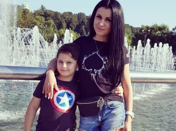 """Экс-звезда """"Дома-2"""" потребовала от солиста группы """"Корни"""" признание ребенка и квартиру в Москве"""