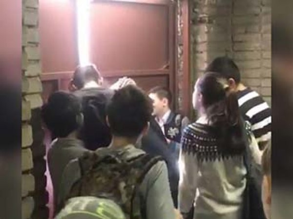 """""""У меня ноги трясутся"""": видео пожара из замурованной школы Владивостока взорвало Сеть"""
