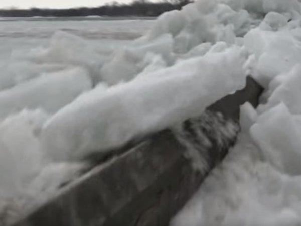 """В Канаде сняли на видео """"ледяное цунами"""""""