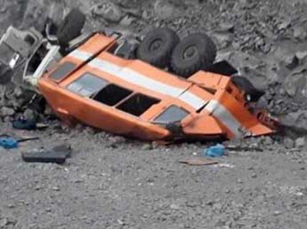 На Кузбассе автобус с шахтерами упал с обрыва: погибли 6 человек, в Сети появилось видео