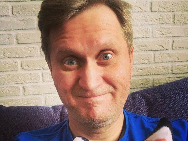 """Рожков случайно засветил на фото из гримерки полуголую звезду """"Уральских пельменей"""""""