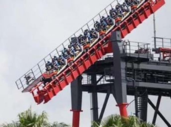 На Тайване туристы в падении застряли вниз головой на страшнейшем аттракционе (ВИДЕО)