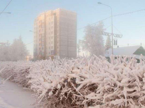 Примерзшую к стене дома при -51 жительницу ХМАО пришлось отдирать спасателям