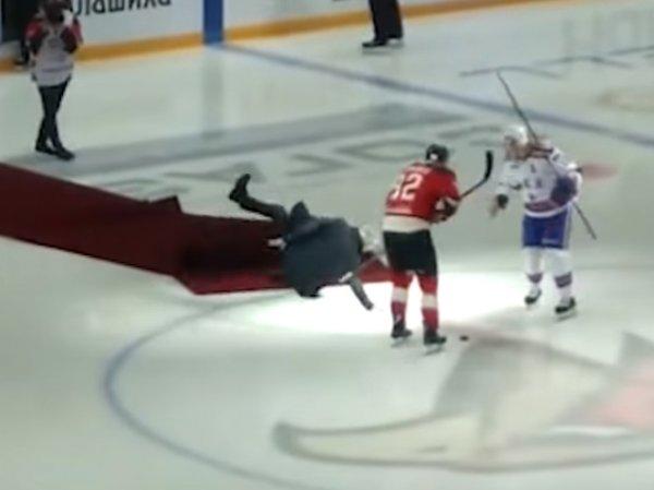 Эпичное падение Моуринью на льду во время хоккейного матча сняли на видео