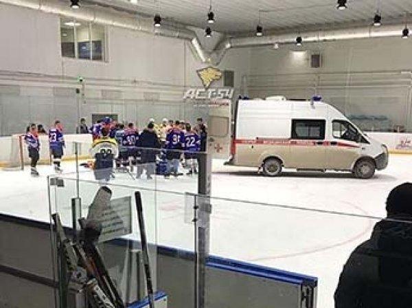 Хоккеист умер прямо во время матча в Новосибирске: инцидент попал на видео