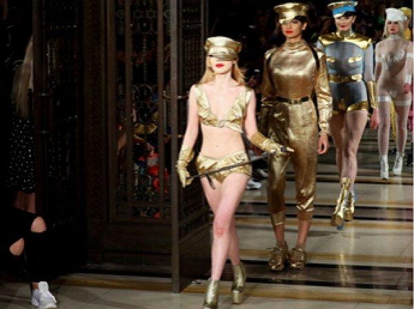 """""""Голый"""" модный показ в Лондоне вызвал фурор: модели демонстрировали интимные части тела на подиуме (ФОТО)"""