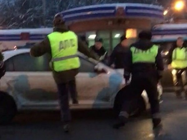 """Под Владимиром лихач протаранил """"живой щит"""" из машин частников, выставленный полицией (ВИДЕО)"""