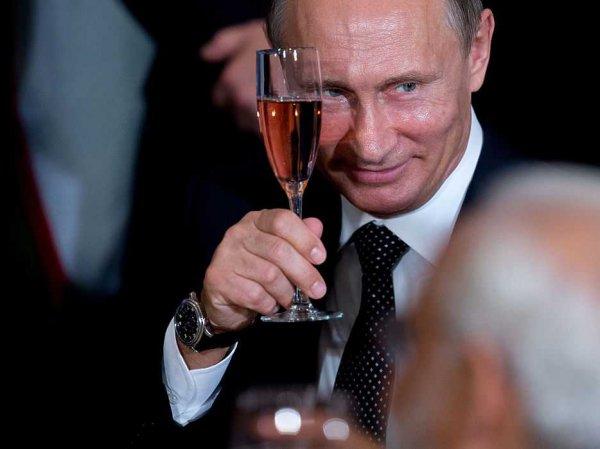 """""""Боится?"""": на встрече с молодыми учеными Путину вынесли отдельный бокал на отдельном подносе (ВИДЕО)"""