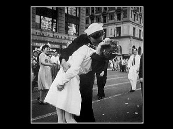 Не дожил пять лет до столетия: в США умер моряк с фото «Поцелуй на Таймс-сквер»
