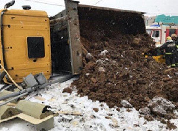 Пассажира и водителя такси завалило насмерть песком из перевернувшегося КАМАЗа (ФОТО)