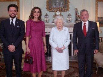 Фиолетовые руки королевы Елизаветы II шокировали британские СМИ (ВИДЕО)