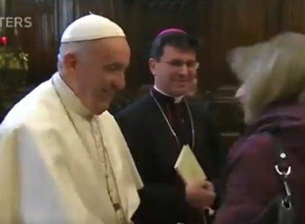 """""""Иногда ему нравится, иногда нет"""": Папа Римский озадачил странным поведением на видео"""