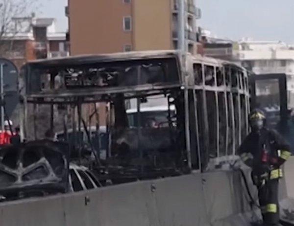 Мигрант в Италии захватил автобус с 50 детьми и попытался их сжечь (ФОТО, ВИДЕО)