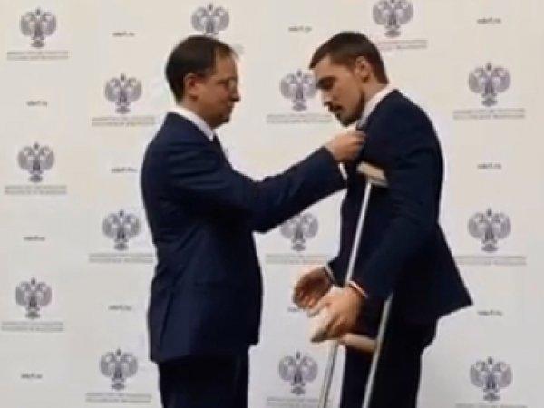 Билан на костылях явился за наградой к министру культуры Мединскому (ВИДЕО)