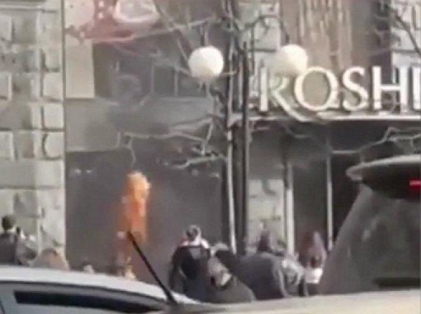 В центре Киеве сгорел магазин Порошенко Roshen