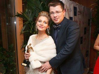 Редис, марципан, тротуары: Гарик Харламов необычно поздравил Кристину Асмус и сестер с днем рождения