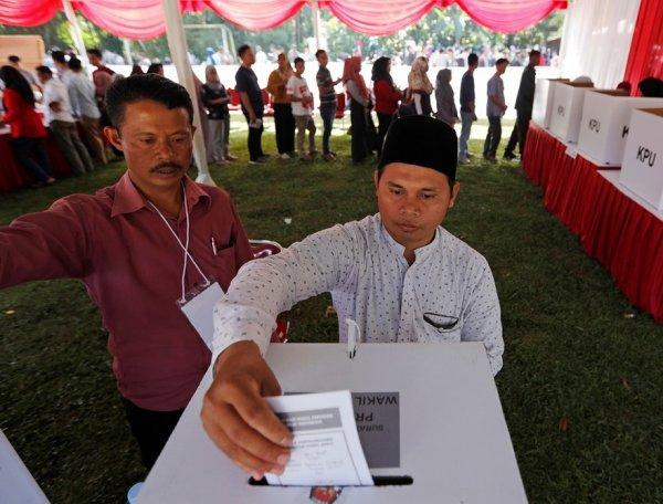 В Индонезии на выборах умерли 54 человека, подсчитывая голоса