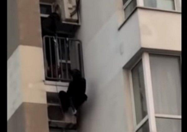 Штурм московской квартиры вора в законе бойцами СОБРа попал на видео