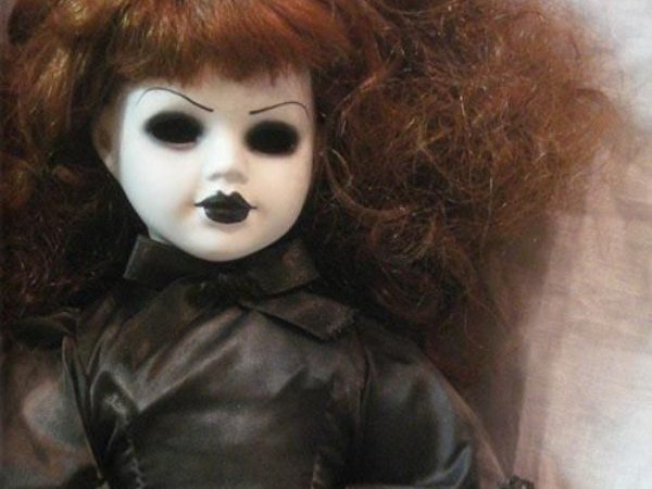 Женщина зарезала родную дочь, приняв ее за злую куклу
