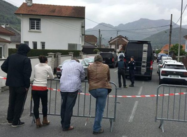 Во Франции вооруженный неизвестный взял в заложники семью