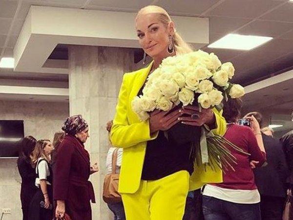 Вышедшая на сцену во время концерта Пугачевой Анастасия Волочкова возмутила Сеть