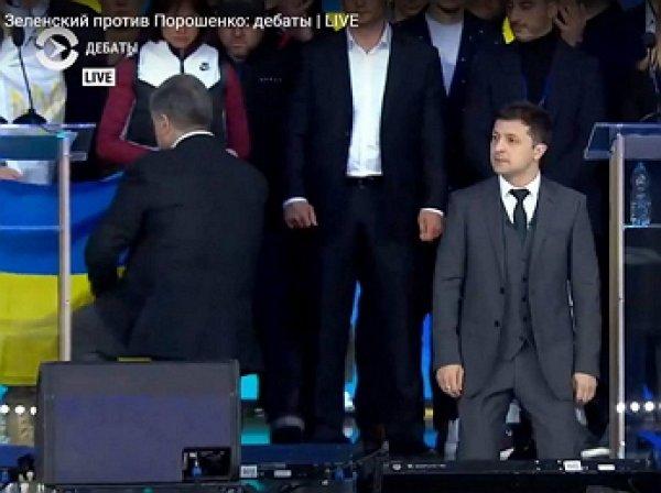 Зеленский и Порошенко встали на колени на дебатах в Киеве (ВИДЕО)