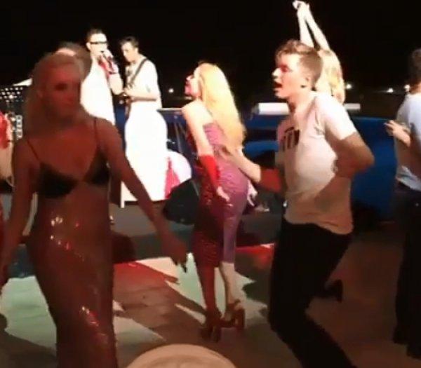 """""""Как пьяная тетка на свадьбе"""": Орбакайте пристыдили за вульгарные танцы в """"голом"""" сарафане с сыном (ВИДЕО)"""