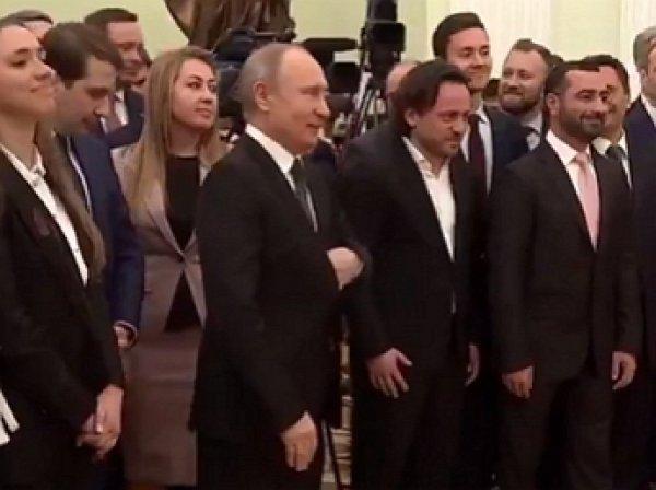 """Путин и девочки"": Путин рассмешил девушек во время совместного фото"