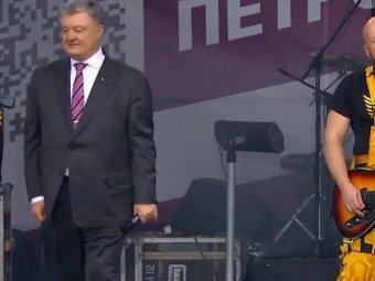 Последняя гастроль: нелепый танец Порошенко на сцене высмеяли в Сети (ВИДЕО)