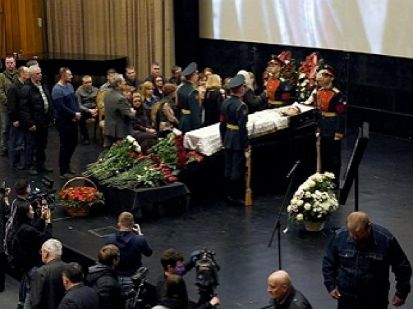 Внебрачный красавец-сын Булдакова появился на похоронах отца