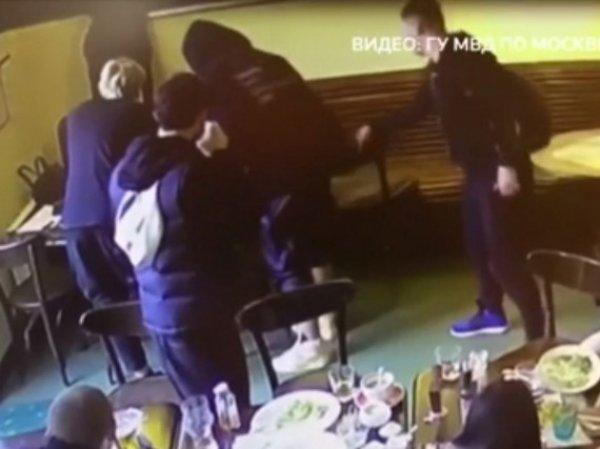 Опубликовано полное видео драки Кокорина и Мамаева с Паком в кафе