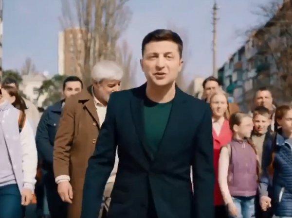 """""""Это намек?"""": команда Порошенко опубликовала видео, где Зеленского сбивает фура"""