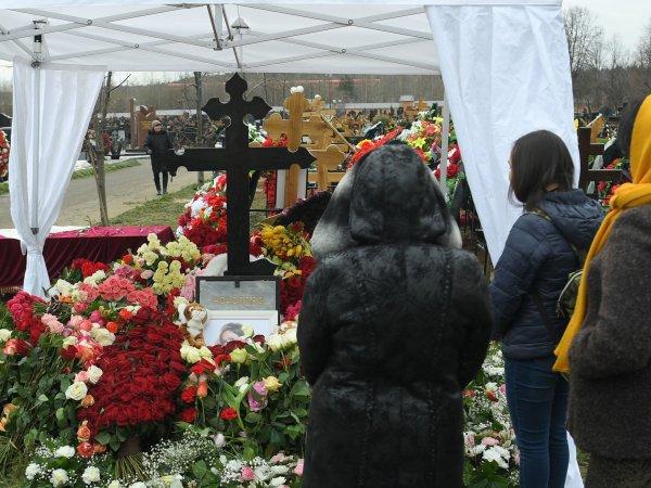 СМИ: на могиле Началовой замироточил крест