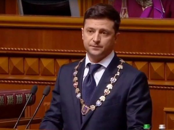 Зеленский потребовал отменить депутатскую неприкосновенность и распустил Раду