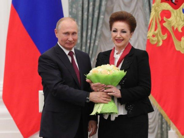 СМИ: Путин наградил акушерку, ответственную за роды Кабаевой