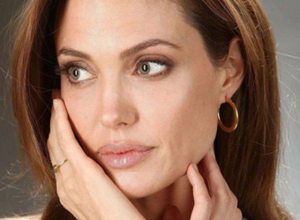 СМИ: у Анджелины Джоли парализовало лицо