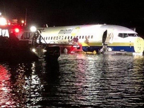 В США пассажирский Boeing 737 упал в реку