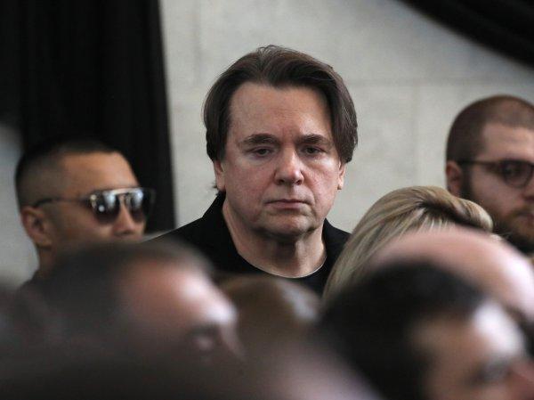 Похороны Доренко в Москве: Эрнст расплакался у гроба журналиста (ВИДЕО)