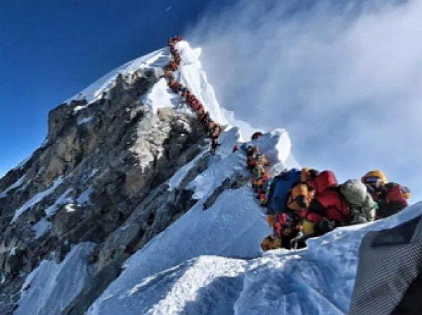 """Смертельная """"пробка"""" на Эвересте унесла жизни 10 альпинистов"""