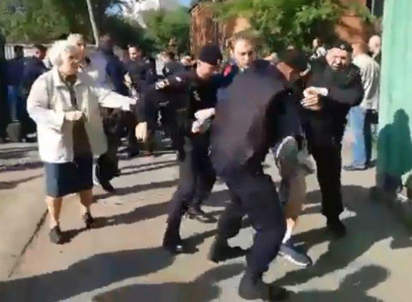 В Москве полиция жестко разогнала противников застройки сквера: не пожалели даже 90-летнюю пенсионерку