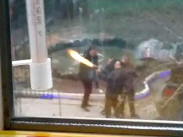 В Сети разгорелся скандал из-за видео со стрельбой уральского депутата из автомата во дворе дома