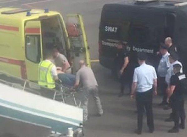 """""""Он сошел с ума"""": дебошир, побивший пассажиров в самолете, умер после задержания (ВИДЕО)"""