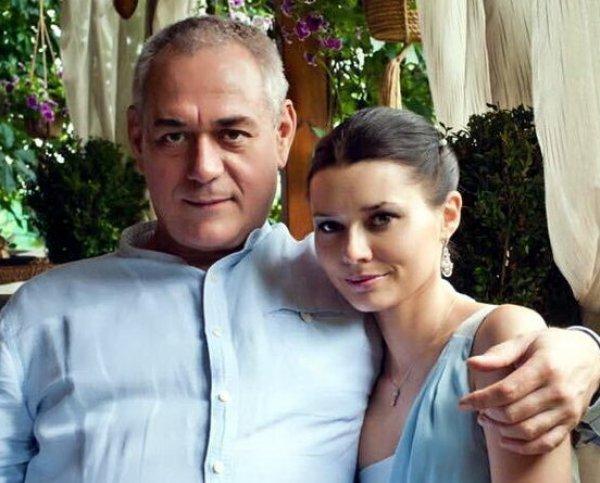 Дочери Доренко чуть не подрались с его женой на кладбище: они обвиняют ее в отравлении отца