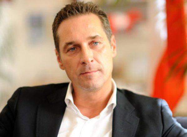 """Скандальное видео с """"племянницей"""" олигарха из РФ привело австрийского вице-канцлера к отставке"""